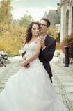 Ruhige und erfreute Hochzeitspaare Lizenzfreie Stockfotos
