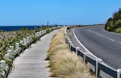 Ruhige und ruhige Küstenstraße und hölzerne Promenade nahe Wellington, Neuseeland stockfotografie