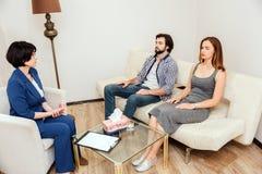 Ruhige und ruhige Leute sitzen zusammen mit ihren geschlossenen Augen Sie arbeiten mit Psychologen, den Doctor ist Stockbilder