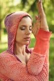 Ruhige und ruhige Frau, die aufmerksamen Bewusstsein Mindfulness durch das Meditieren in der Natur bei Sonnenuntergang übt Stockfotografie