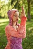Ruhige und ruhige Frau, die aufmerksamen Bewusstsein Mindfulness durch das Meditieren in der Natur bei Sonnenuntergang übt Lizenzfreies Stockbild