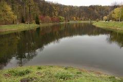 Ruhige Versöhnung von einem sauberen Teich in einem Herbstpark Lizenzfreie Stockfotos