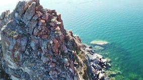 Ruhige Vogelperspektive der Baikal-Bucht Shamanka Weißes Schiff in der ruhigen Bucht am großen See Olkhon-Insel, Baikal drohne stock video