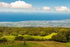 Ruhige waldige Hügel und Wiesen mit dicht bevölkerter Küste herein lizenzfreie stockfotografie