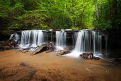Ruhige Waldwasserfall-Landschaft stockfotografie
