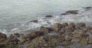 Ruhige Wellen, die zwischen Felsen sich bewegen stock video