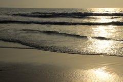 Ruhige Wellen-Fronten bei Sonnenuntergang Lizenzfreies Stockfoto