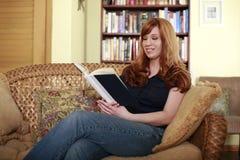Ruhige Zeit mit einem Roman Lizenzfreie Stockbilder