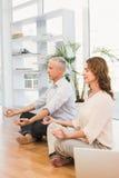 Ruhige zufällige meditierende Geschäftskollegen stockfotos