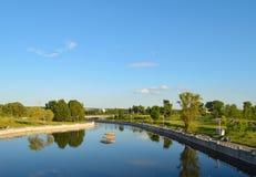 Ruhiger Abend auf dem Fluss. Stockfotografie