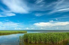 Ruhiger Abend auf dem Ufer des Golfs Lizenzfreie Stockbilder