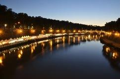 Ruhiger Abend durch den Fluss Stockbild