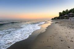 Ruhiger Abend am Küstenstrand in Griechenland lizenzfreie stockfotografie