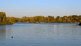 Ruhiger Abendsonnenuntergang auf dem Dnieper-Fluss in Ukraine in Kiew stock video footage