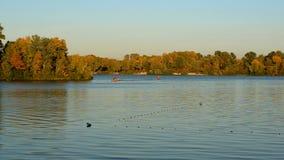 Ruhiger Abendsonnenuntergang auf dem Dnieper-Fluss in Ukraine in Kiew stock video