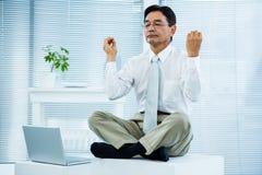 Ruhiger asiatischer entspannender Geschäftsmann Lizenzfreie Stockbilder