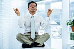 Ruhiger asiatischer entspannender Geschäftsmann Stockfotografie