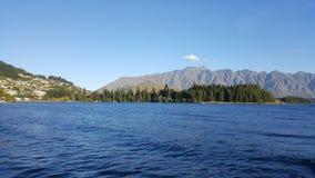 Ruhiger blauer See in Queenstown von Neuseeland lizenzfreie stockbilder