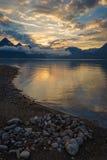 Ruhiger bunter Sonnenaufgang über einem ruhigen See oder einem Meer Stockfotos