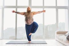 Ruhiger dicker Mann, der mit Meditation sich entspannt stockbilder
