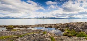 Ruhiger Fjord in Nord-Norwegen Lizenzfreie Stockfotos