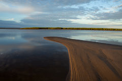 Ruhiger Fluss des Morgens Stockfotos