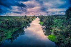 Ruhiger Fluss in einem Wald in Russland an der Dämmerung stockfotos