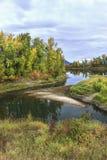 Ruhiger Fluss im Herbst in Nord-Idaho stockfotografie