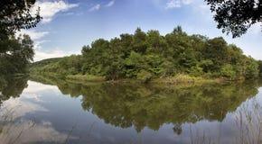 Ruhiger Fluss mit Reflexion lizenzfreie stockfotografie