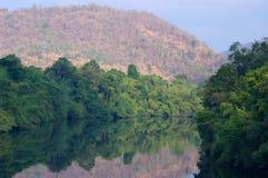 Ruhiger Fluss in Sangkhlaburi Lizenzfreie Stockfotos