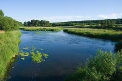 Ruhiger Fluss und die Wiesen Stockbild