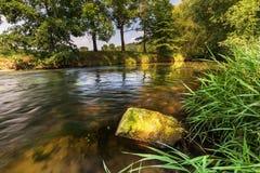 Ruhiger Fluss von einem Fluss und von Stein Stockbild
