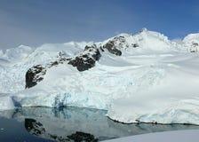 Ruhiger Gletscherschacht in Antarktik Stockbilder