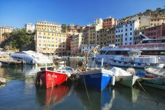 Ruhiger Hafen in Camogli, Ligurien, Italien Lizenzfreies Stockfoto