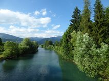 Ruhiger klarer Fluss, blaue Himmel und Landschaft in Montenegro-` s Bergen Lizenzfreies Stockbild
