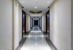 Ruhiger Korridor, luftgetrockneter Ziegelstein rgb Lizenzfreie Stockfotografie
