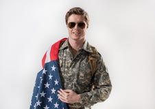 Ruhiger männlicher Soldat ist auf sein Land stolz Lizenzfreie Stockbilder