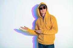 Ruhiger Mann in gestikulierenden Armen der Sonnenbrille Stockfotos