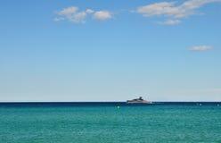 Ruhiger Meerblick mit Yacht auf dem Horizont Stockfoto