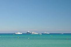 Ruhiger Meerblick mit Yacht auf dem Horizont Lizenzfreie Stockbilder