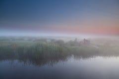 Ruhiger nebeliger Morgen im niederländischen Ackerland Stockfotografie