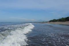 Ruhiger Ozean mit kleinen Wellen Tropische Landschaft mit Blick auf die Vulkane Stockbilder