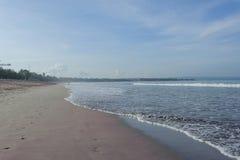 Ruhiger Ozean mit kleinen Wellen Tropische Landschaft mit Blick auf die Vulkane Stockfotografie
