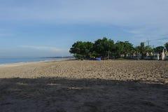 Ruhiger Ozean mit kleinen Wellen Tropische Landschaft mit Blick auf die Vulkane Lizenzfreies Stockbild