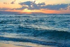 Ruhiger Ozean und Strand auf tropischem Sonnenaufgang Lizenzfreie Stockbilder