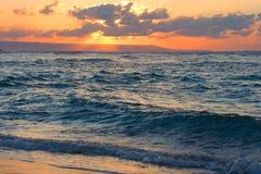 Ruhiger Ozean und Strand auf tropischem Sonnenaufgang Stockbilder