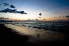 Ruhiger Ozean und Strand auf tropischem Sonnenaufgang Lizenzfreies Stockbild