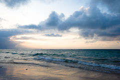 Ruhiger Ozean und Strand auf tropischem Sonnenaufgang Stockfotografie