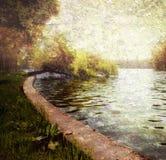 Ruhiger Pastell der Natur - Bäume und See Stockbilder