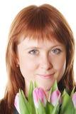 Ruhiger Redhead mit rosafarbenen Tulpen stockbild